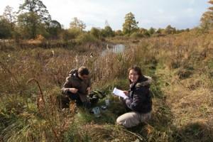 Freiwillige analysiert die Wasserqualität im Gelände