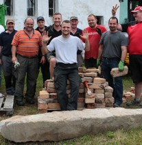 Nationalpark-Mitarbeiter und Caritas Werkstättenarbeiter vor dem abgetragenen Brotbackofen, Nationalpark Bayerischer Wald