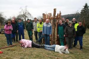 Freiwillige der Lebenshilfe und aus Natur- und Nationalpark Kellerwald-Edersee sind stolz auf ihre gepflanzten Apfelbäume. © Mareike Schulze