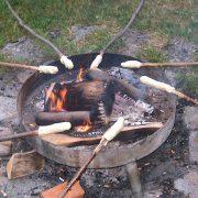 Stockbrot wird über Feuerschale gebacken
